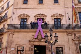 Cort cuelga en su fachada el lazo morado contra la violencia hacia las mujeres