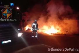 Un incendio quema cuatro contenedores y calcina una furgoneta en Son Ferriol