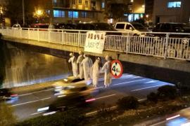 Retiran cinco muñecos que colgaban de un puente de Pamplona con la imagen de los acusados de la supuesta violación