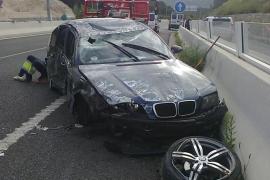 Un coche pierde el control y vuela 50 metros