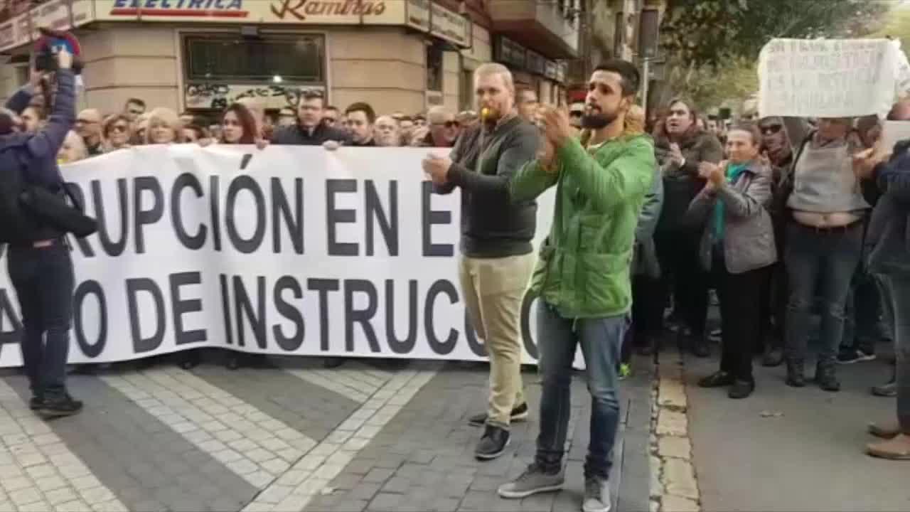 Alrededor de 300 personas claman «justicia» y piden la inhabilitación de Penalva y Subirán