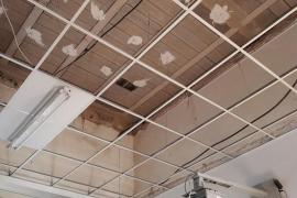Cae el techo del pasillo de un colegio de Palma con los alumnos en clase