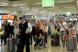 Las aerolíneas triplican los precios de los billetes para ir a la Península en Navidades