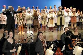 Rafa Nadal, un 'niño' más en el estreno de la ópera infantil 'Brundibar'