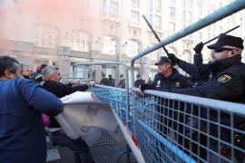 Tensión en Madrid entre los antidisturbios y los taxistas que se manifiestan contra Uber