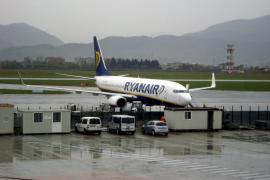 Fomento advierte a Ryanair que debe aplicar el descuento a residentes en todos sus canales