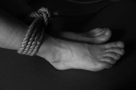 Desnudan y dejan atados en la vía pública a dos presuntos ladrones en México