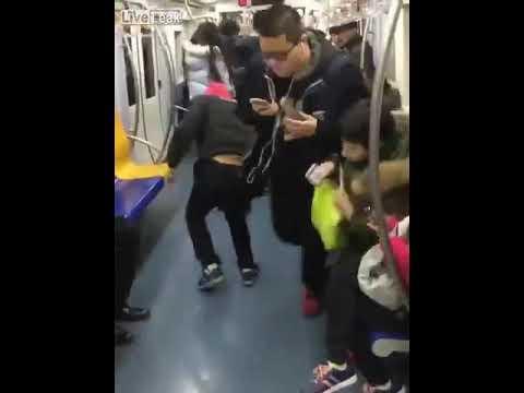 Un hombre finge convulsiones para encontrar un asiento en el metro