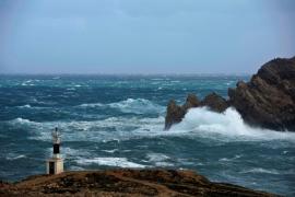 La alerta naranja por mal tiempo modifica los servicios marítimos con Menorca