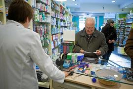 En la imagen una de las 438 farmacias de las Islas que cuentan con la autorización del Govern. Un paciente es atendido por uno d