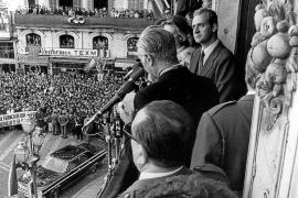 Don Juan Carlos, príncipe de España, en el balcón de Cort durante su primera visita oficial en octubre de 1973.