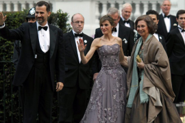 Isabel II ofreció anoche una cena a la realeza