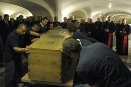 El féretro de Juan Pablo II, sacado de la tumba para la beatificación