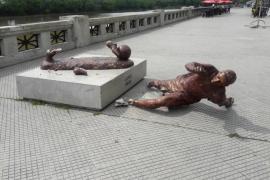 Un ataque vandálico deja sin piernas a la estatua de Messi