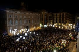 Unas 3.500 personas llenan la plaza Sant Jaume por la «libertad de los presos políticos»