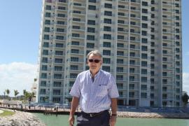 Javier Cabotá, delante de la Maioris Tower