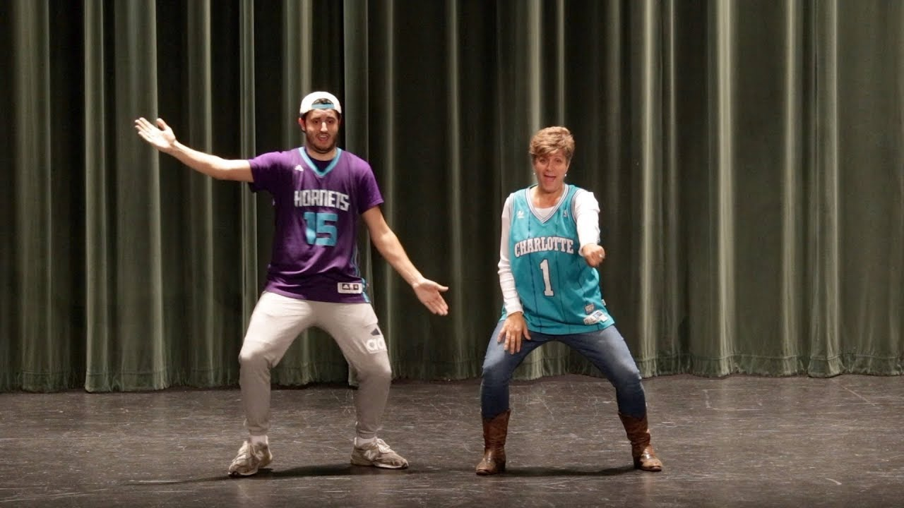 Madre e hijo causan furor con un baile en un instituto de Estados Unidos