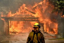 Los incendios de California alcanzan mansiones de barrios residenciales de Los Ángeles