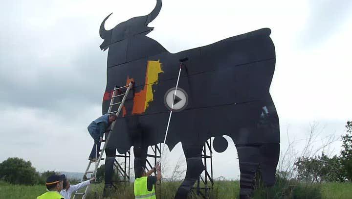 Políticos del PP y varias asociaciones exaltan el «orgullo patriótico» repintando el toro