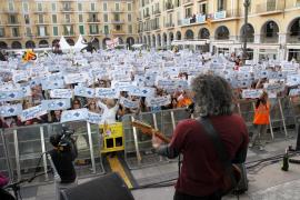 Un  millar largo de voces clama 'Mallorca m'agrada'