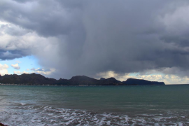 Cielo nuboso, con lluvias débiles de noche en Menorca y en el nordeste de Mallorca este viernes