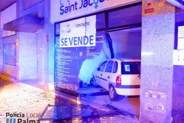 Una conductora novel empotra su vehículo contra un local en Vía Alemania