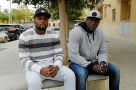 Dos senegaleses rescatan de noche a un bañista en apuros en s'Arenal