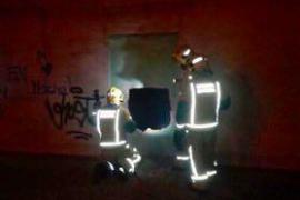 Los bomberos extinguen un fuego en una vivienda abandonada en el Vivero