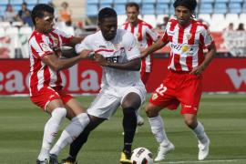 El Almería dilapida sus opciones de permanencia y el Sevilla se afianza en la zona europea