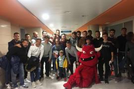 Los jugadores del Mallorca visitan la unidad de pediatría de Son Espases