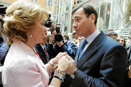 El Gobierno planta a Aguirre en el Dos de Mayo, en vísperas de la campaña