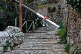 Decoración 'nadalenca' a un poste que obstruye el paso en Deià