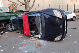 Los bomberos liberan a un conductor tras un aparatoso accidente en el polígono de Can Valero
