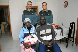 Dos guardias civiles ayudan a dar a luz a una inmigrante en su casa de Magaluf