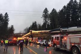 Un tren descarrila y deja al menos 3 fallecidos al caer sobre una autopista en Washington
