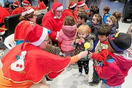 Papá Noel y Las Querubinas hacen felices a los niños en la Llar Eivissa