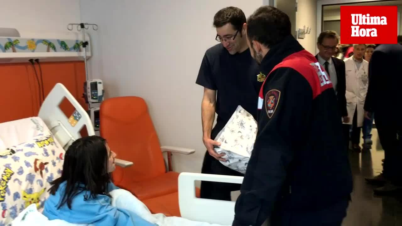 Los bomberos de Palma reparten juguetes entre los niños hospitalizados de Son Espases