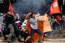 Batalla campal alrededor del Congreso argentino ante la reforma de las pensiones