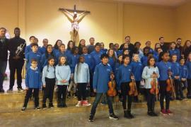 Unos 40 alumnos de Primaria y la Jove Orquestra ofrecen un concierto a los residentes de la Llar d'Ancians de Palma