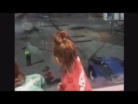 El baile de dos niñas y un trabajador de aeropuerto que triunfa en las redes