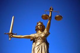 Absuelto de violación un millonario saudí al asumir el juez que cayó con el pene «asomando» encima de una joven
