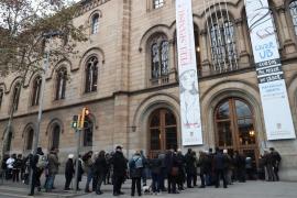 Ciudadanos esperan para depositar su voto