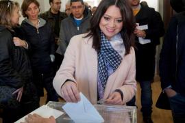 La esposa de Puigdemont vota donde su marido tenía previsto hacerlo