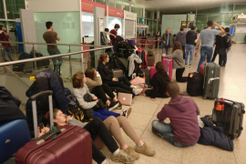 Un grupo de estudiantes mallorquines, atrapados en el aeropuerto de Barcelona
