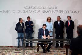 Rajoy rubrica con los agentes sociales la subida del salario mínimo hasta los 850 euros en 2020