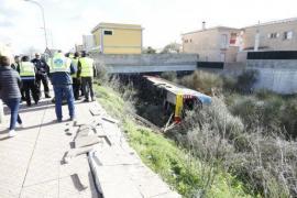 Siete heridos al volcar un autobús en Menorca