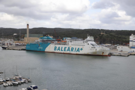El fuerte viento provoca el desvío del Martín i Soler al puerto de Maó al no poder atracar en Alcúdia