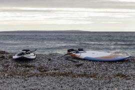 Práctica de surf en las playas de Ibiza