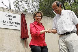 La exalcaldesa de Palma Aina Calvo y Marcos Gómez, embajador de Nueva Zelanda, en la calle dedicada a la aviadora.