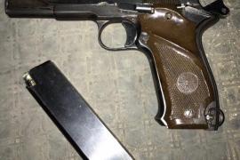 Un trabajador de EMAYA se encuentra una pistola junto a un contenedor